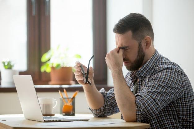 Hombre sufirendo un problema laboral